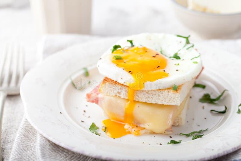 Senhora de Croque, ovo, presunto, sanduíche do queijo Culinária francesa tradicional fotografia de stock