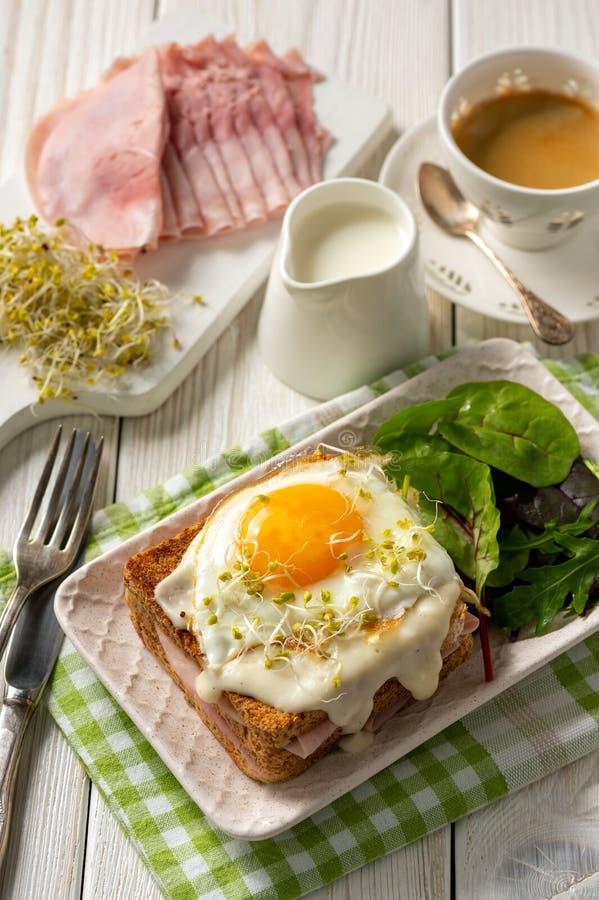 Senhora de Croque, rabanadas quentes com presunto, queijo e ovo foto de stock