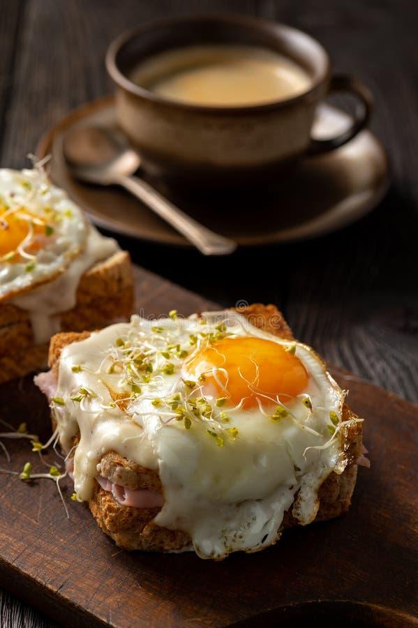 Senhora de Croque, rabanadas quentes com presunto, queijo e ovo fotos de stock