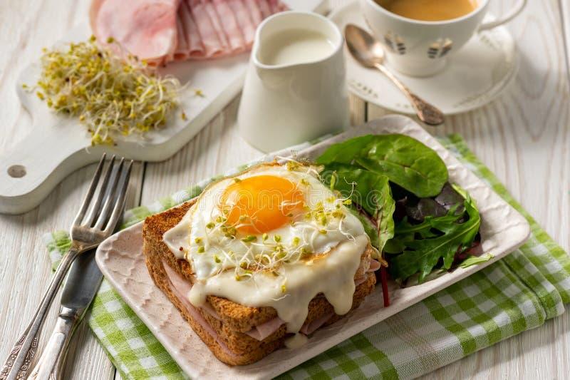 Senhora de Croque, rabanadas quentes com presunto, queijo e ovo imagem de stock