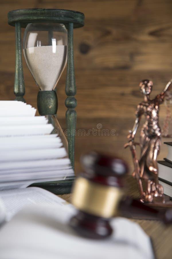 Senhora de justiça, martelo e livros de madeira & do ouro imagens de stock