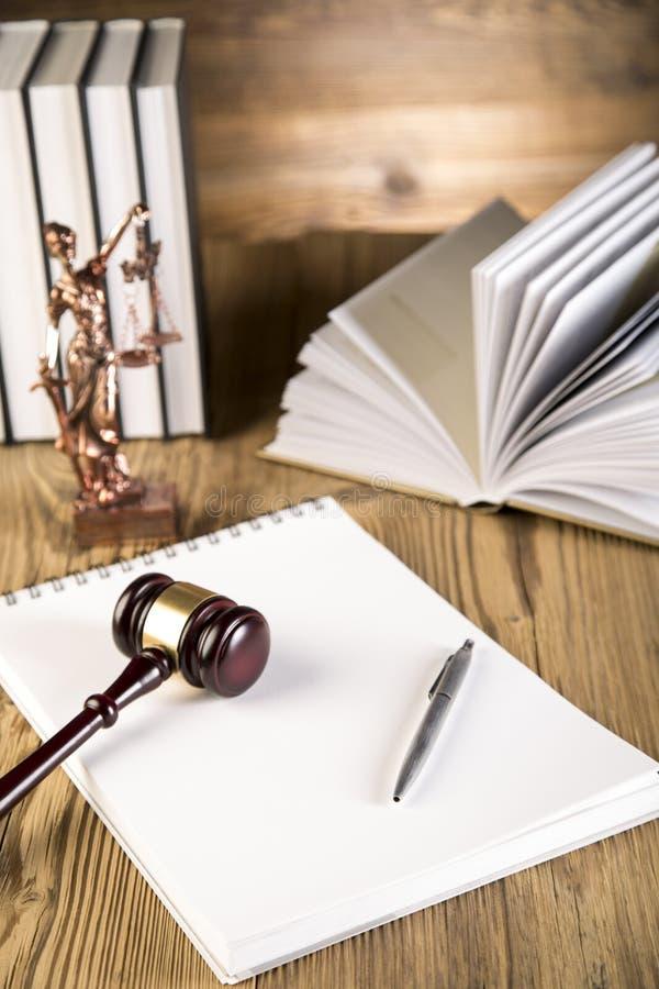Senhora de justiça, martelo e livros de madeira & do ouro fotos de stock