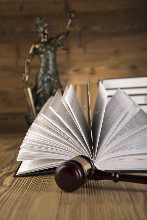 Senhora de justiça, martelo e livros de madeira & do ouro foto de stock royalty free