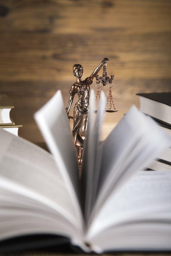 Senhora de justiça, martelo e livros de madeira & do ouro fotos de stock royalty free