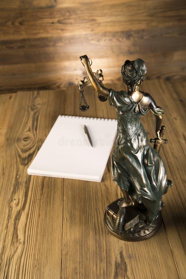 Senhora de justiça, martelo e livros de madeira & do ouro imagem de stock royalty free