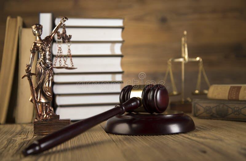 Senhora de justiça, martelo e livros de madeira & do ouro imagem de stock