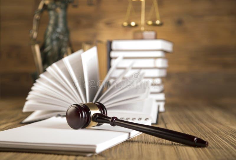 Senhora de justiça, martelo e livros de madeira & do ouro imagens de stock royalty free