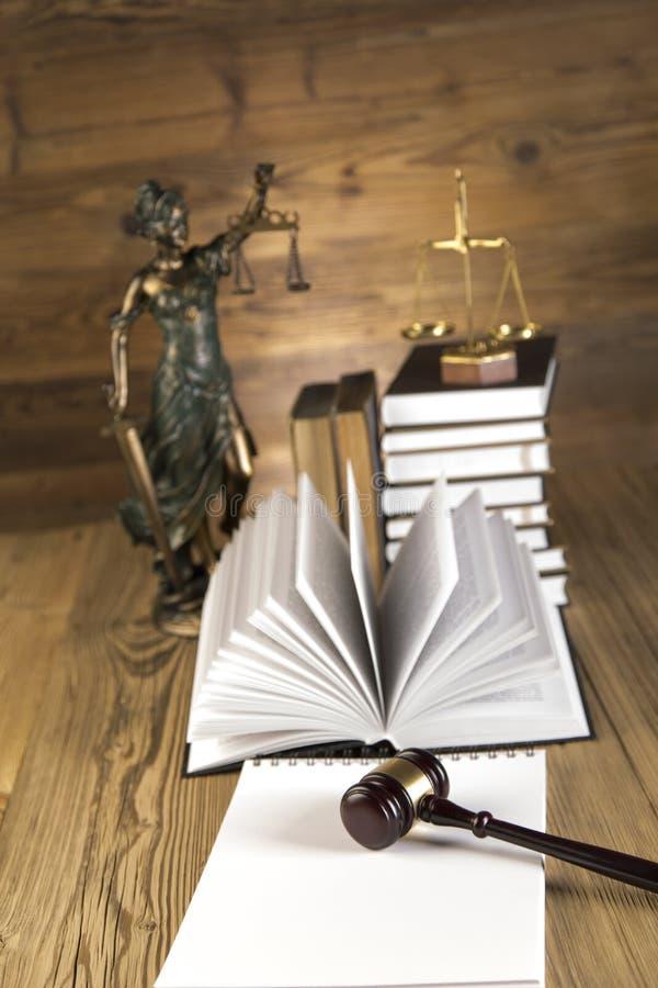 Senhora de justiça, martelo e livros de madeira & do ouro foto de stock