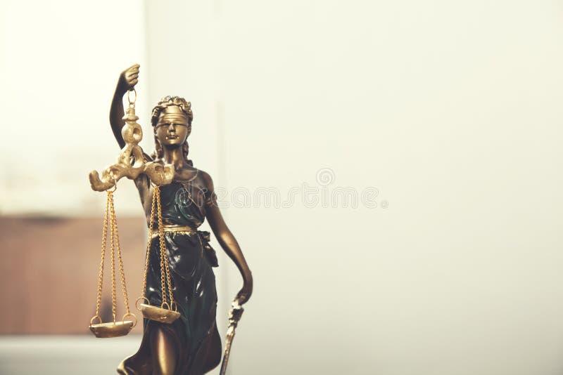 Senhora de justiça na mesa imagens de stock royalty free