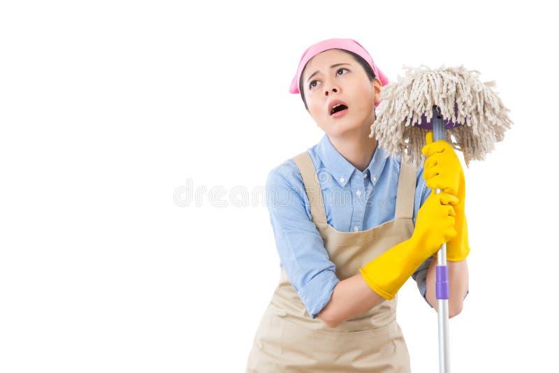 Senhora de limpeza sobrecarregada com a casa limpa imagens de stock