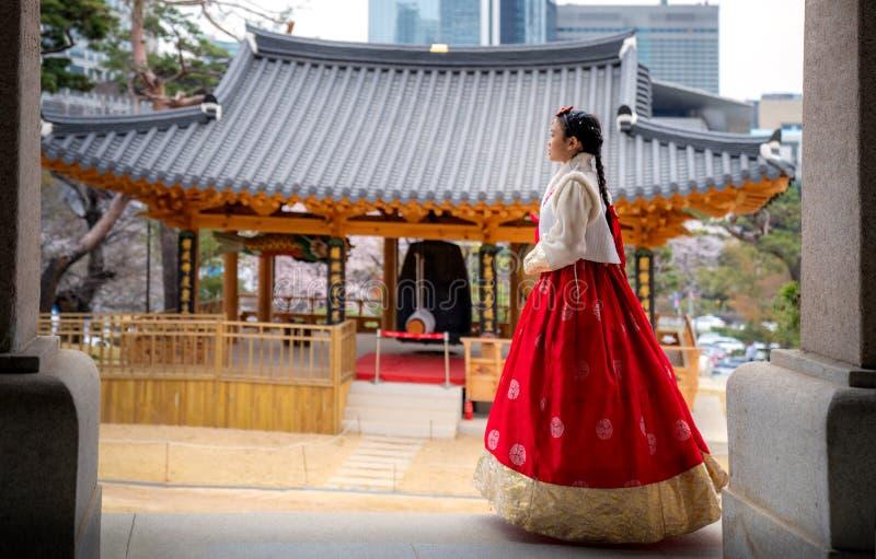 Senhora de Orean no vestido de Hanbok no templo de Bongeunsa imagens de stock