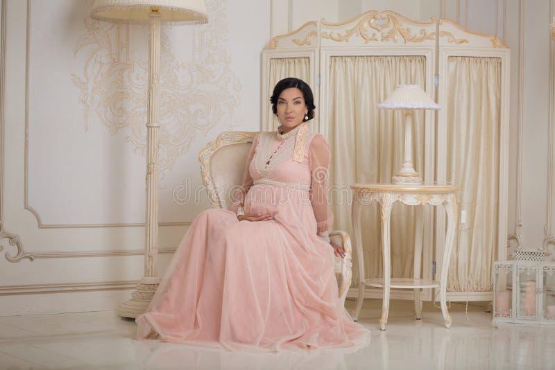 Senhora de Prengant no interior do vintage fotografia de stock royalty free