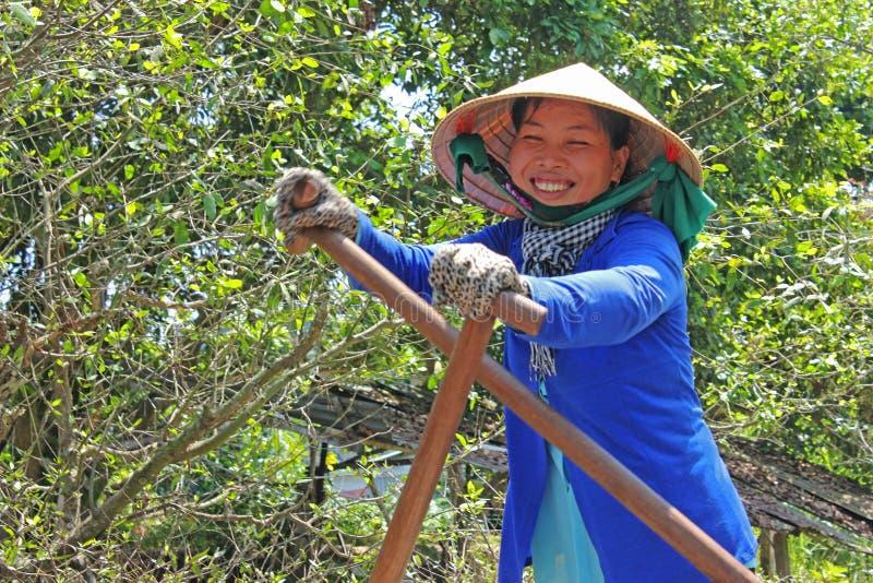 Senhora de sorriso do barco do delta de Mekong foto de stock