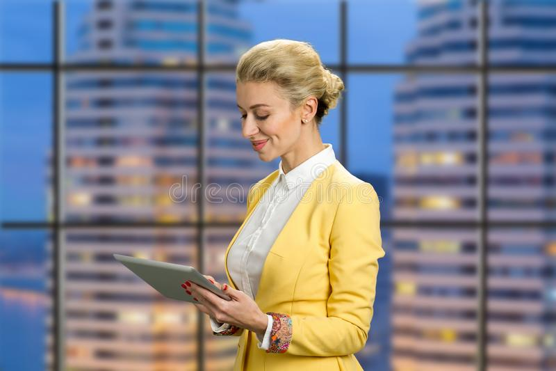 Senhora de sorriso do negócio que guarda a tabuleta do computador imagens de stock