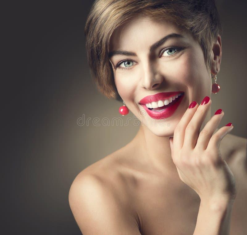 Senhora de sorriso feliz com cabelo do marrom do tiro fotografia de stock