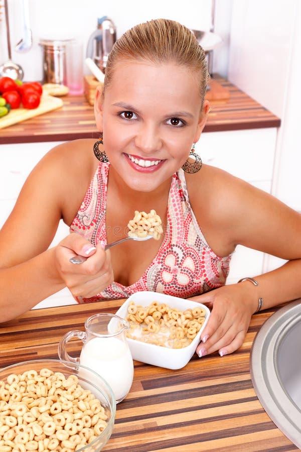 Senhora de sorriso que come seu pequeno almoço fotos de stock