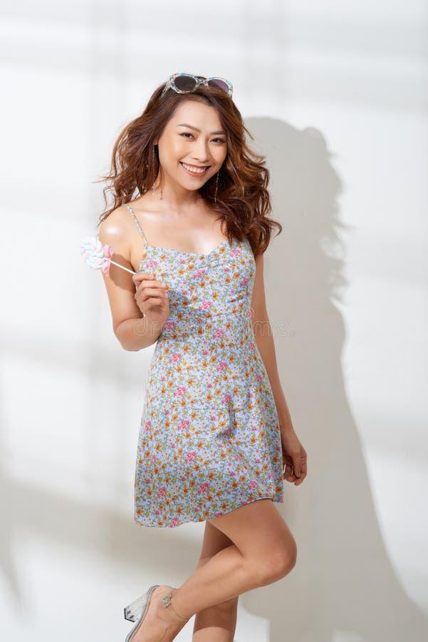 Senhora de sorriso que guarda o lollypop colorido enorme fotografia de stock royalty free