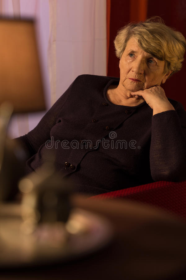 Senhora deprimida mais idosa imagens de stock royalty free