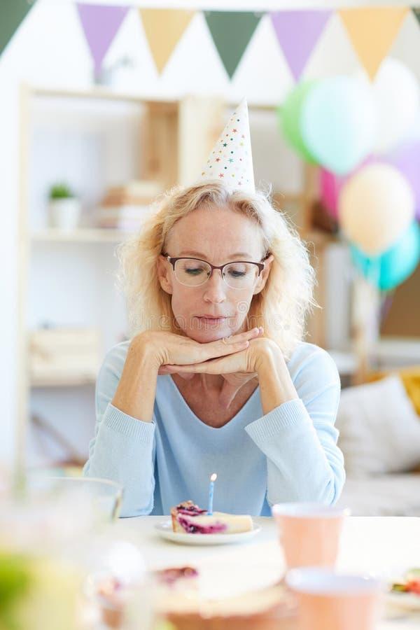 Senhora deprimida no chapéu do partido imagem de stock royalty free
