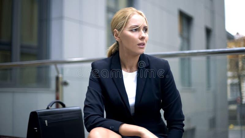 Senhora desesperada do negócio que senta-se perto do escritório, resultados de espera da entrevista imagens de stock