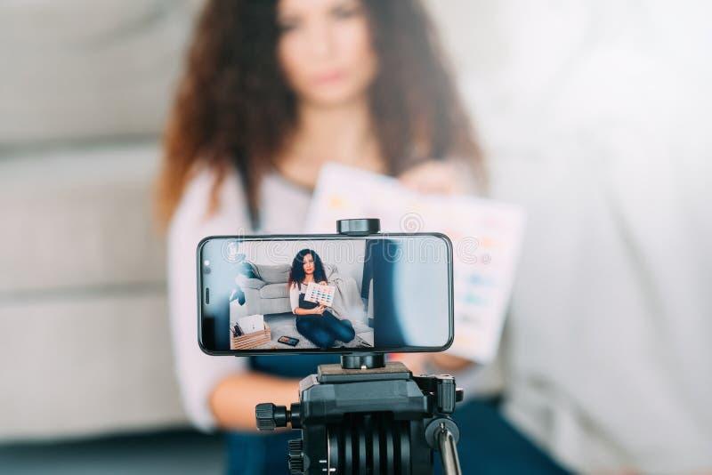 A senhora do curso de formação das belas artes pinta a câmera da amostra de folha foto de stock royalty free