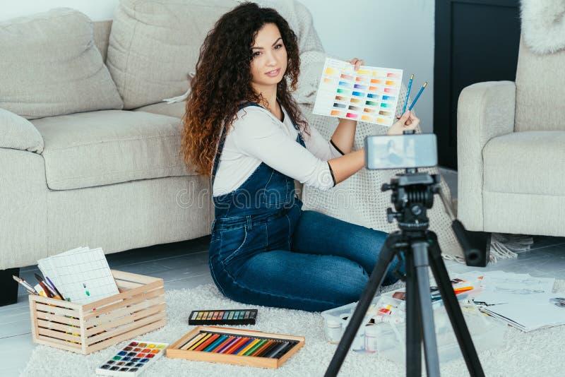 A senhora do curso de formação das belas artes pinta a câmera da amostra de folha imagem de stock royalty free