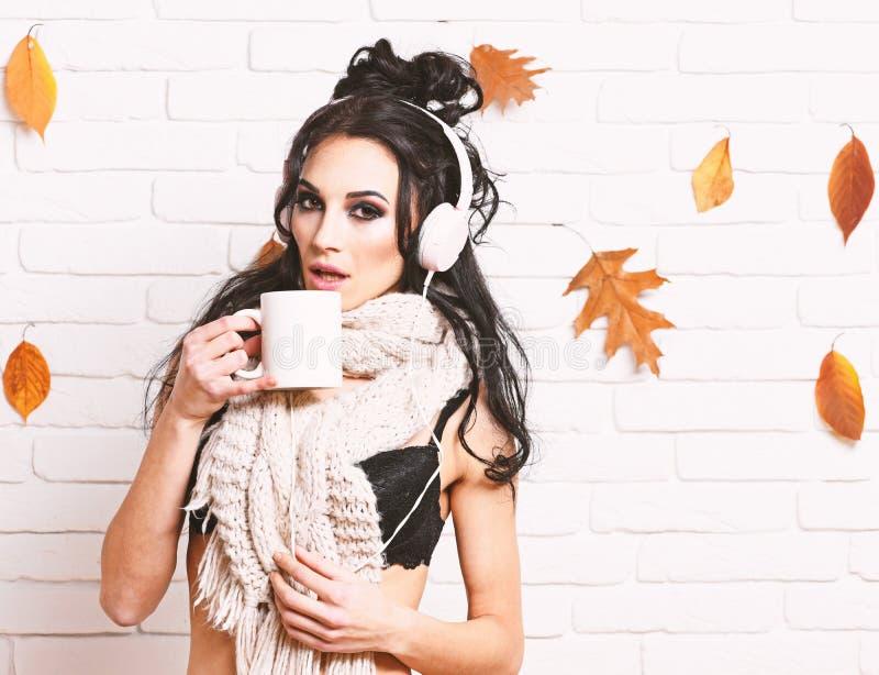 A senhora do DJ veste o suti? preto e os fones de ouvido brancos Clube do outono fotos de stock