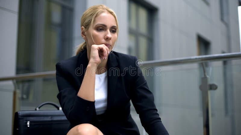 Senhora do negócio da virada decepcionada com estilo de vida, desejo mudar o trabalho, incerto foto de stock royalty free