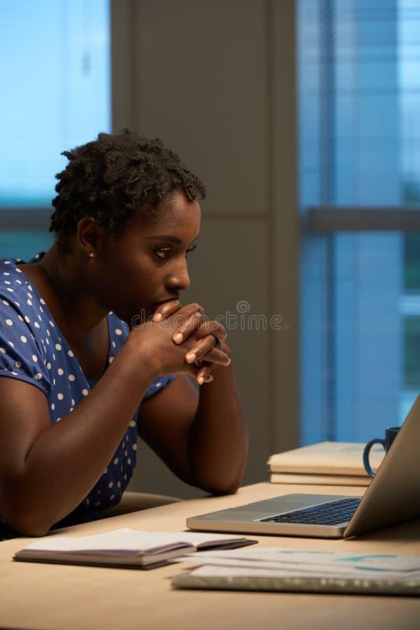 Senhora do negócio ocupada com trabalho imagem de stock