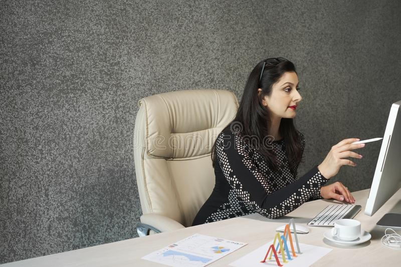 Senhora do negócio ocupada com trabalho foto de stock royalty free