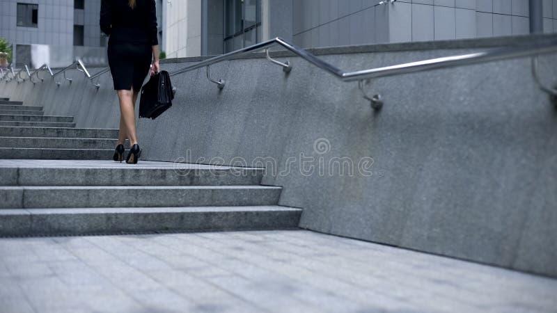 Senhora do negócio que anda em cima e que texting no smartphone, estilo de vida do carreirista fotografia de stock