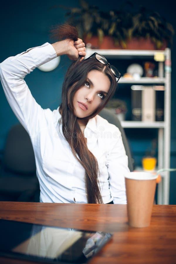 Senhora do negócio que estrangula-se com cabelo foto de stock royalty free