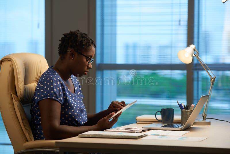 Senhora do negócio que trabalha no tablet pc foto de stock royalty free