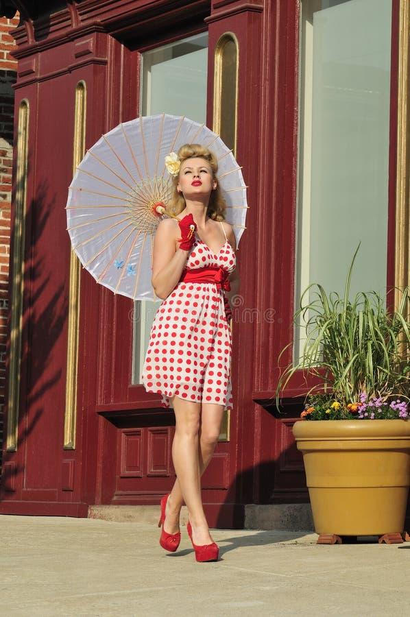 senhora dos anos 40 com guarda-chuva imagem de stock royalty free