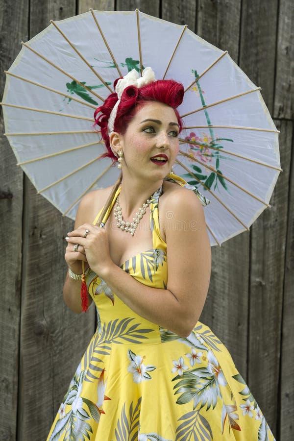 senhora dos anos 40 com guarda-chuva foto de stock