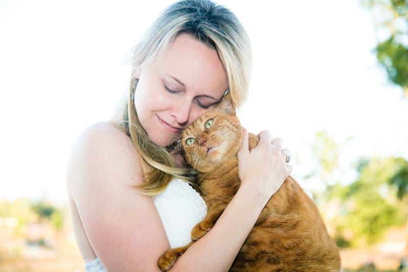 Senhora e gato fotografia de stock