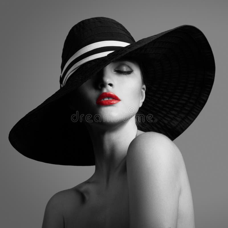 Senhora elegante no chap?u Retrato preto e branco da forma fotografia de stock royalty free