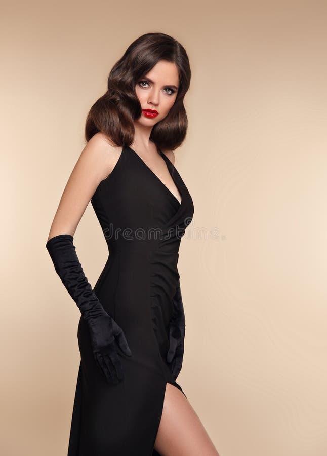 Senhora elegante no vestido preto foto do estúdio da forma do wo lindo fotografia de stock royalty free