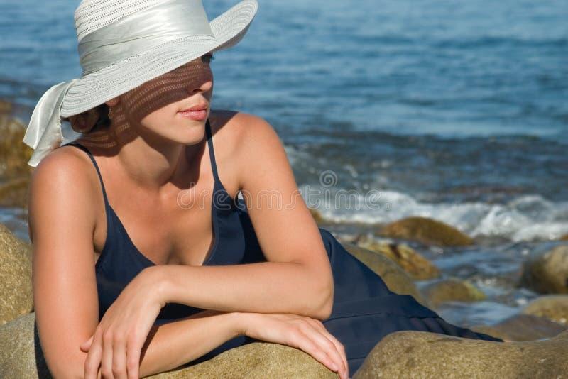 Senhora em pedras foto de stock