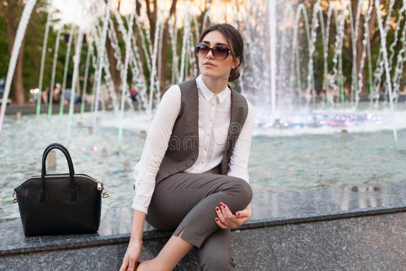 Senhora em um terno de negócio, bolsa imagens de stock royalty free