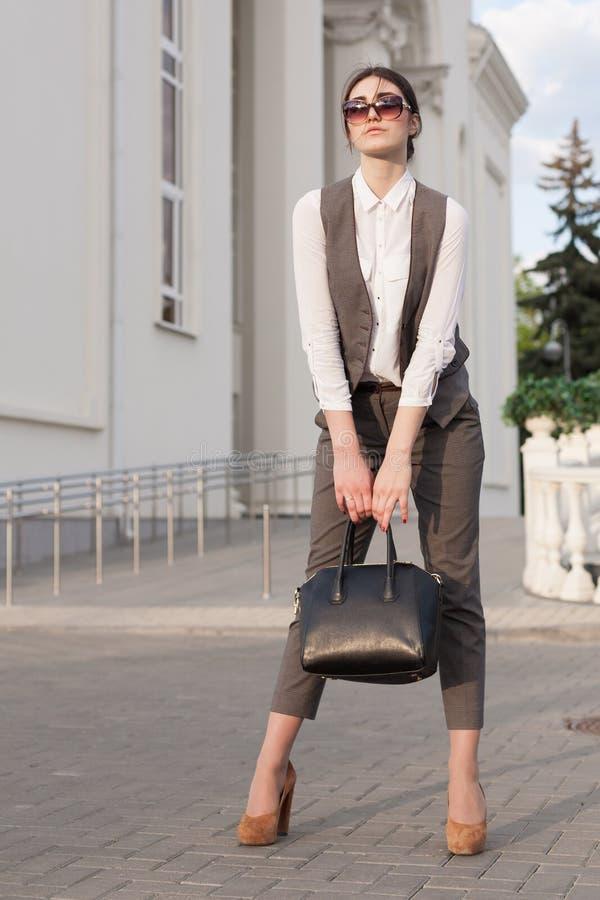 Senhora em um terno de negócio, bolsa! fotografia de stock royalty free