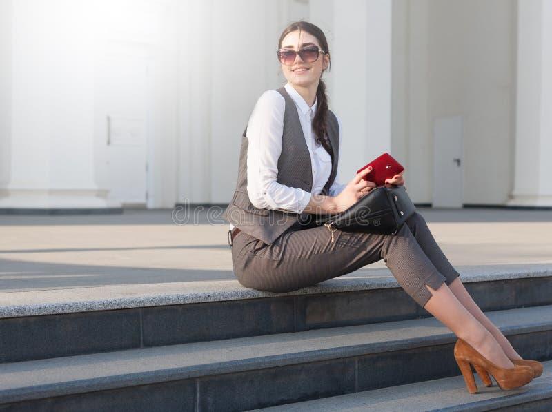 Senhora em um terno de negócio, bolsa! foto de stock royalty free
