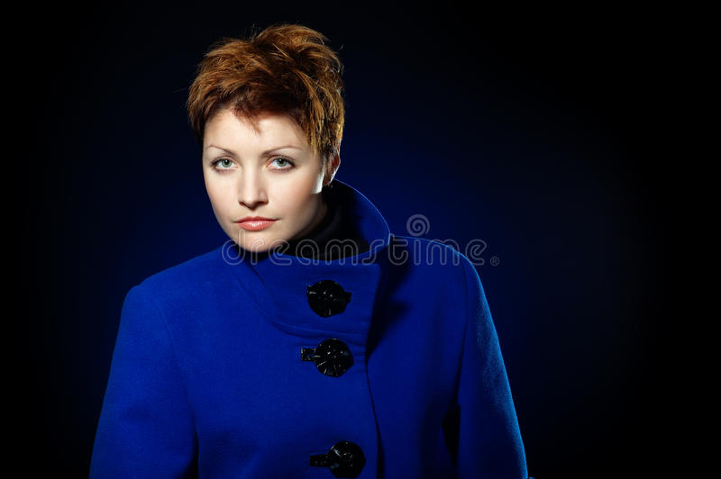 Senhora em um topcoat azul foto de stock royalty free