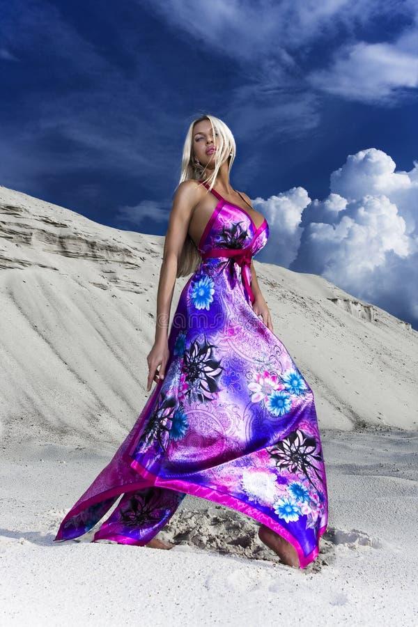 A senhora em um vestido da cor fotos de stock