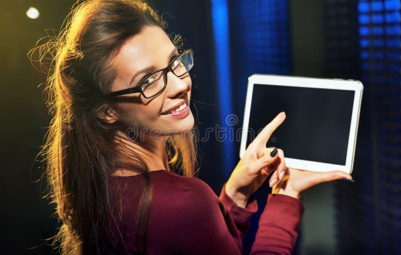 Senhora encantador que usa uma tabuleta fotos de stock royalty free