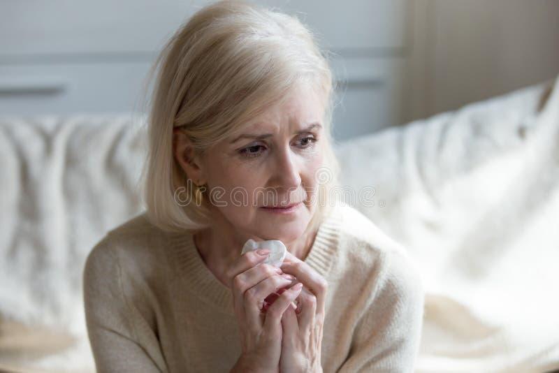A senhora envelhecida dolorosa aflige-se para o marido amado foto de stock