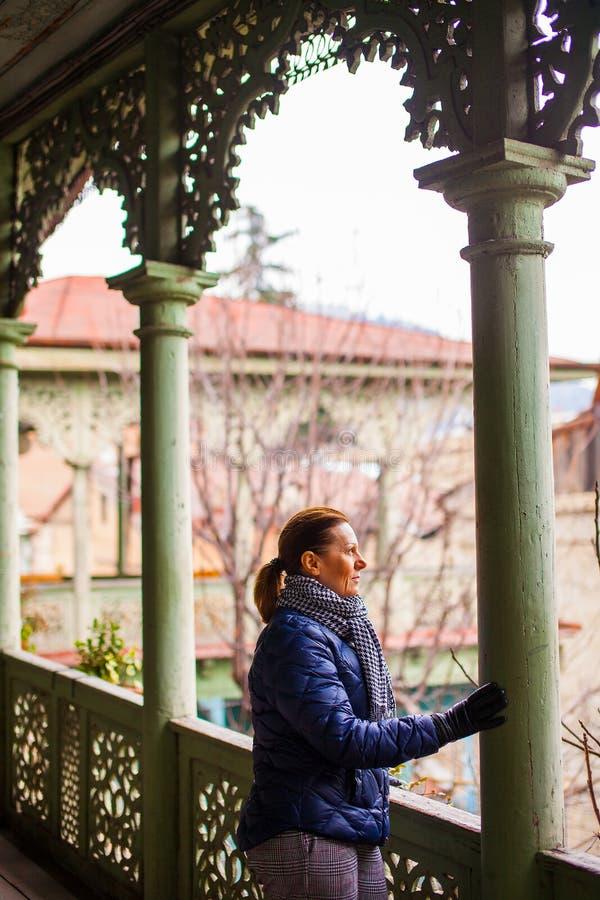 Senhora envelhecida média na casa autêntica velha em Tbilisi, Geogria fotografia de stock royalty free