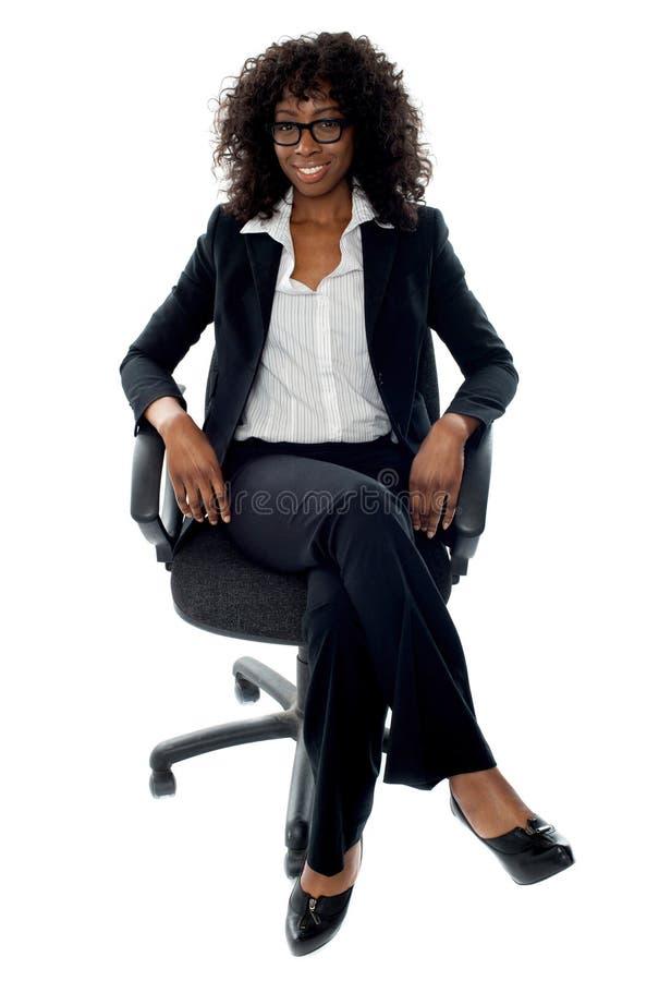 Senhora esperta do negócio que relaxa na cadeira fotos de stock