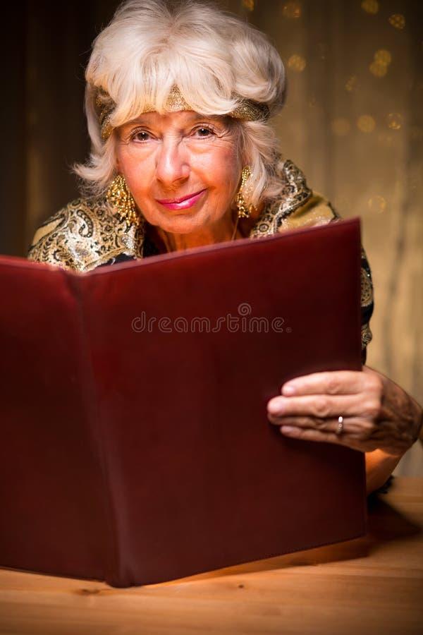 Senhora excêntrica com um livro foto de stock