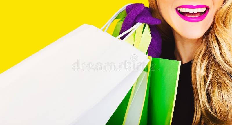 Senhora feliz da forma com compra fotografia de stock